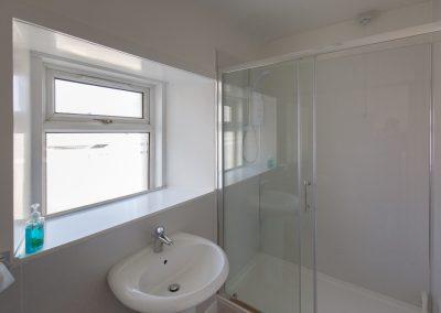 6-pier-road-en-suite-bedroom-bathroom
